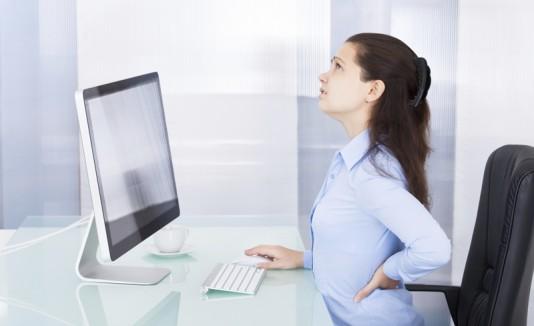 Mujer sentada con dolor de espaldas