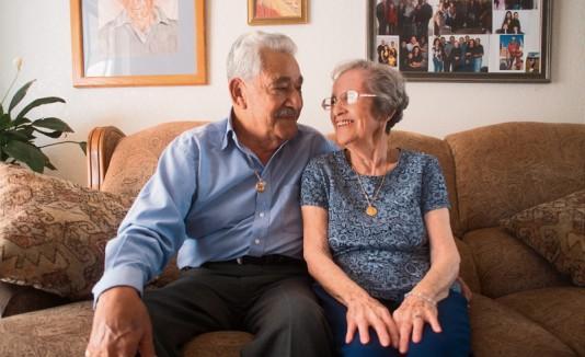 Pareja recupera anillos de bodas perdidos hace medio siglo