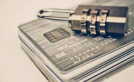 Candado encima de tarjetas de crédito