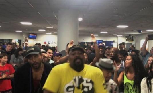 Artistas de Broadway animan aeropuerto en Nueva York