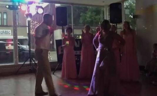 Batalla de baile entre madre e hijo en una boda