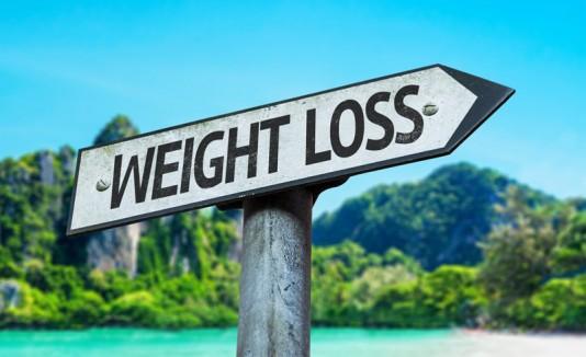 Letrero de bajar de peso en una playa