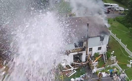 Bomberos hechan agua a dron que grababa incendio