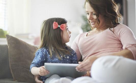 Madre trabajando con hija