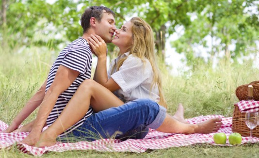 Pareja romántica en un picnic