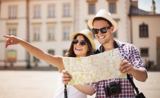 Pareja haciendo turismo