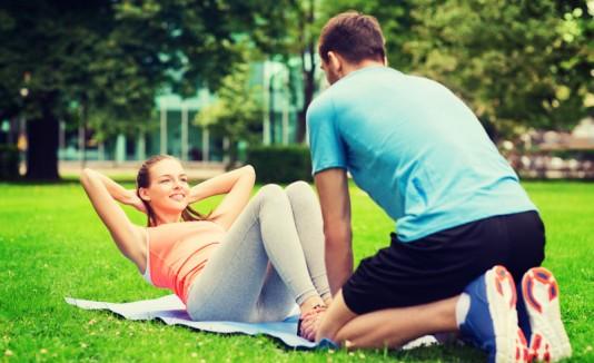 Pareja de mujer y hombre haciendo ejercicios en un parque