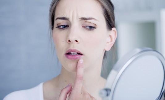 Mujer mirando sus labios