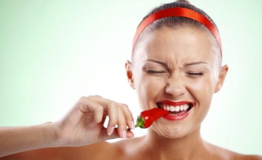 Mujer comiendo ají picante