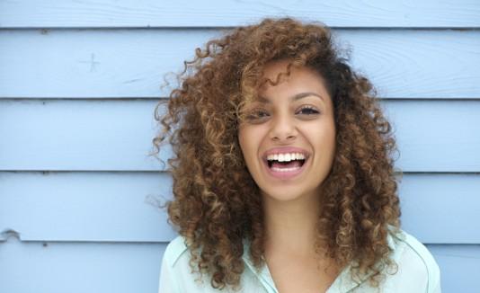 Mujer con cabello rizo.