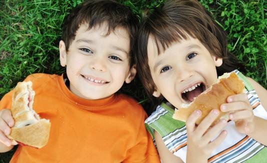 Kids eating healthy / BrandShare