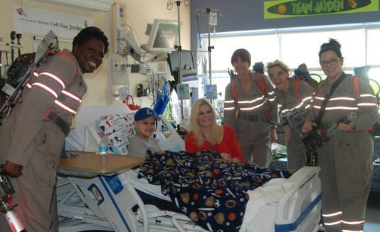 """Elenco de """"Ghostbuster"""" en un hospital de niños."""