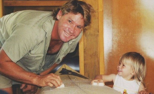 "Bindi Irwin con su padre, ""The Cocodrile Hunter""."