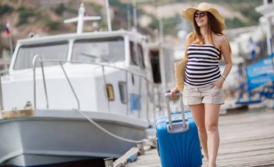 Mujer embarazada de vacaciones.