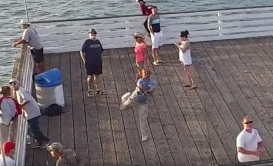 """Hombre """"pescando"""" drone con su caña."""