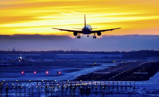 Avión aterrizando en una pista.