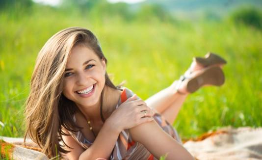 Mujer feliz en la grama.