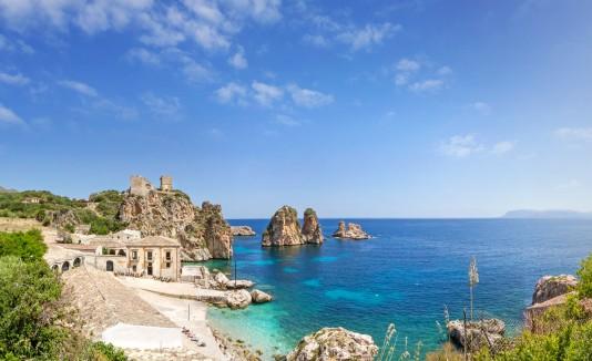 La zona Tonnara di Scopello, en Sicilia, se destaca por su increíble belleza y vistas al mar Mediterráneo.