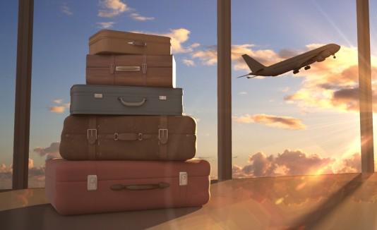 Maletas en un aeropuerto y un avión.