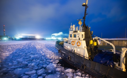 Barco rompehielos o icebreaker.