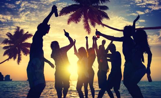 Grupo de personas en una playa.