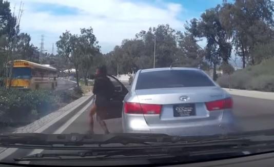 Mujer bajándose de su auto.
