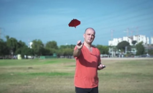 Avión de papel que se convierte en drone.