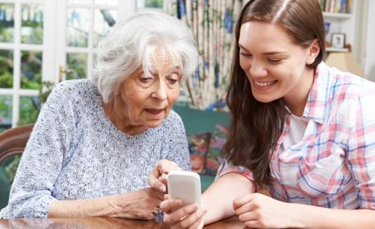 Mujer adulta joven con una abuela
