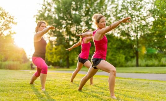 Mujeres practicando yoga en un patio.
