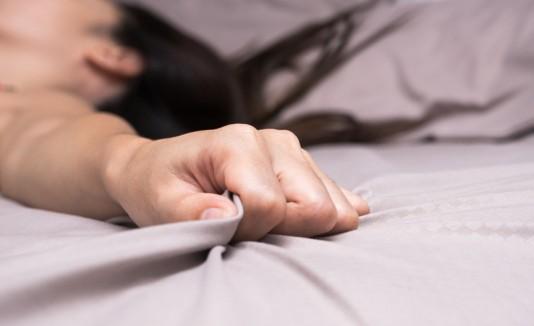 Mujer con orgasmo en la cama