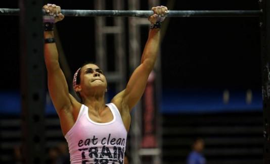 Mujer haciendo CrossFit