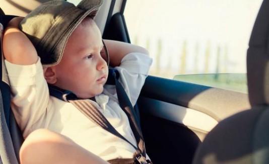 Niño en un carro.