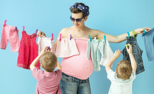 Mujer embarazada con dos hijos.