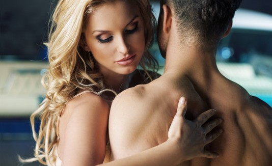 Mujer seduciendo a hombre para tener sexo.