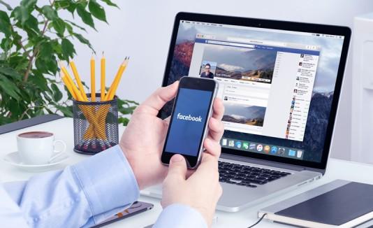 Hombre en la oficina usando Facebook.