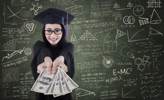 Estudiante con toga y dinero en mano obteniendo beca.