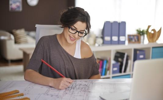 Mujer trabajando en el escritorio de su casa.