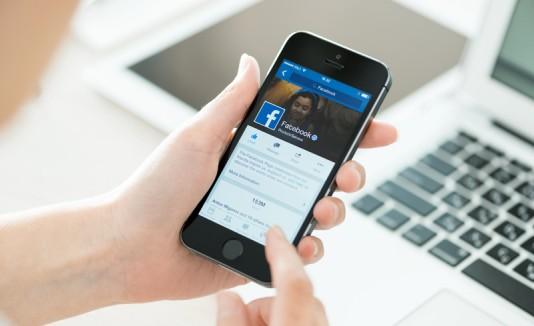 Facebook en un smartphone.