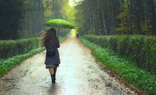 Mujer con sombrilla y lluvia.