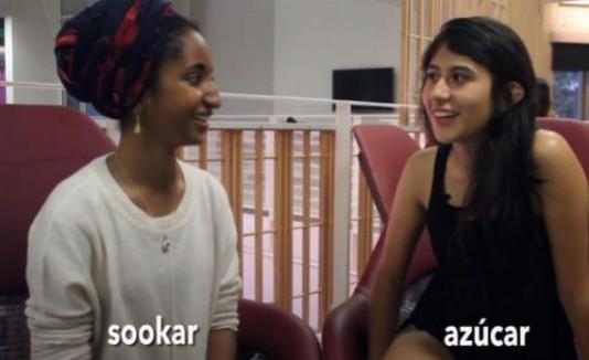 Dos jóvenes muestran similitudes entre el árabe y el español