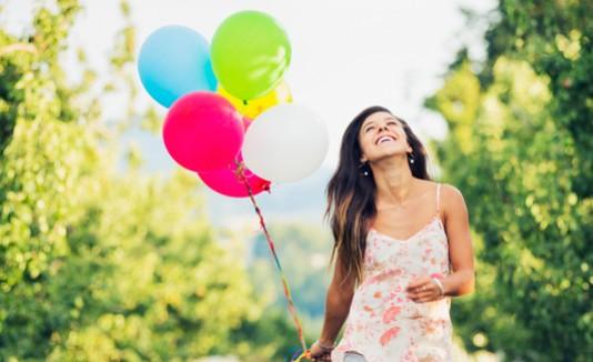 Mujer feliz con globos