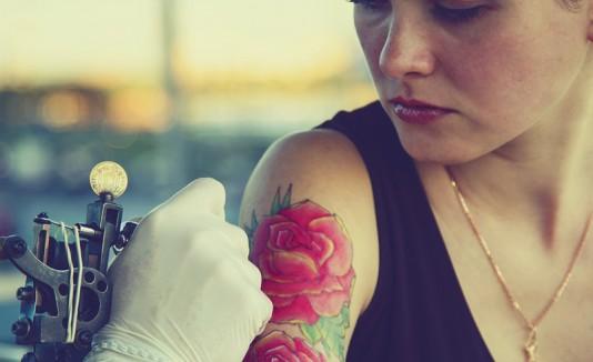 Mujer haciéndose un tatuaje.