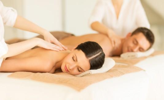 Mujer y hombre recibiendo un masaje.