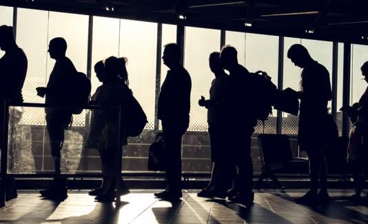 Personas con desempleo haciendo fila.