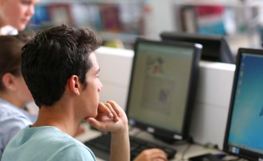 Los estudiantes realizan sus tareas y cogen tutorías libre de costo.