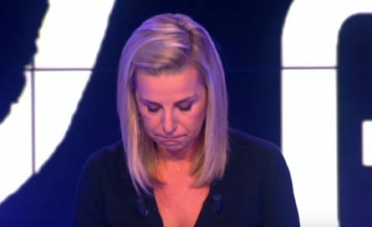 Presentadora de TV francesa llora al anunciar muerte de colegas