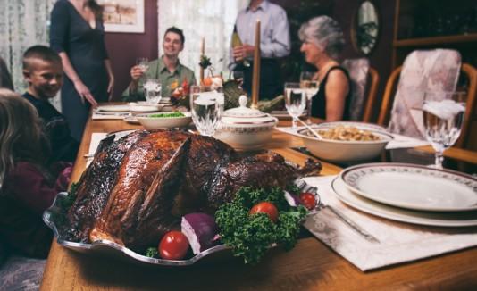 Familia en una mesa el día de Thanksgiving