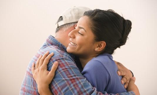 Mujer dando abrazo a hombre