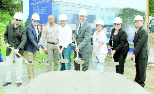 El alcalde de Villalba, Luis Javier Hernández y el director ejecutivo de Med Centro, Allan Cintrón (al centro) colocan la primera piedra.