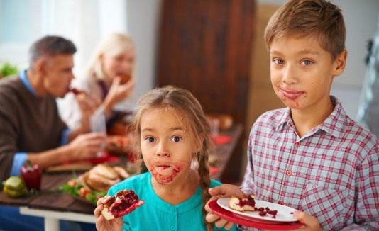 Niños comiendo postre en thanksgiving